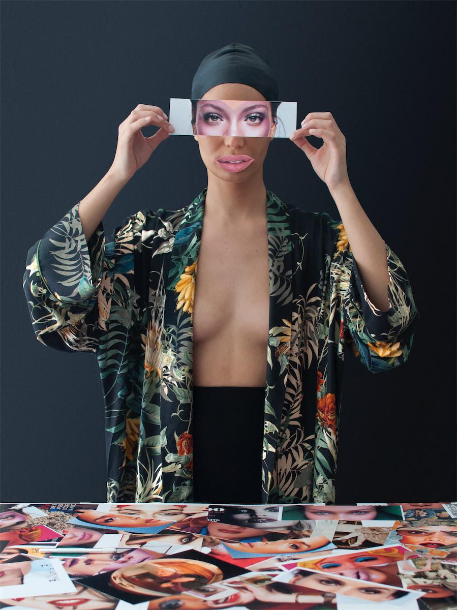 Entre todo este universo de objetos heredados ,recortamos ojos y bocas de revistas y  copiamos poses poniendo en evidencia la ridiculización de los estereotipos de belleza actuales.